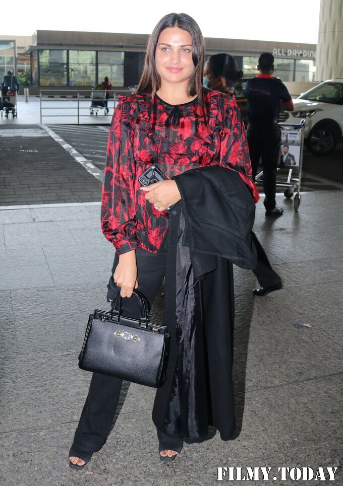 Himanshi Khurana - Photos: Celebs Spotted At Airport | Picture 1759678