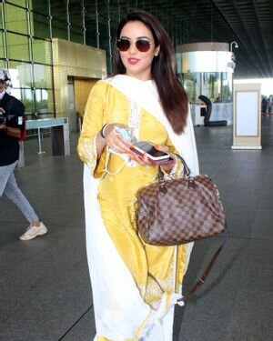 Jasmin Bhasin - Photos: Celebs Spotted At Airport | Picture 1811413