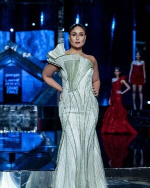 Kareena Kapoor - Photos: Grand Finale Of Lakme Fashion Week 2021 | Picture 1828517