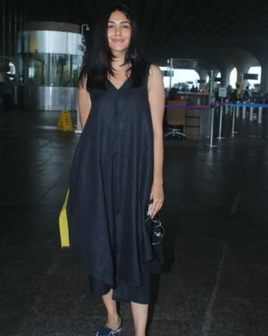 Mrunal Thakur - Photos: Celebs Spotted At Airport | Picture 1827498